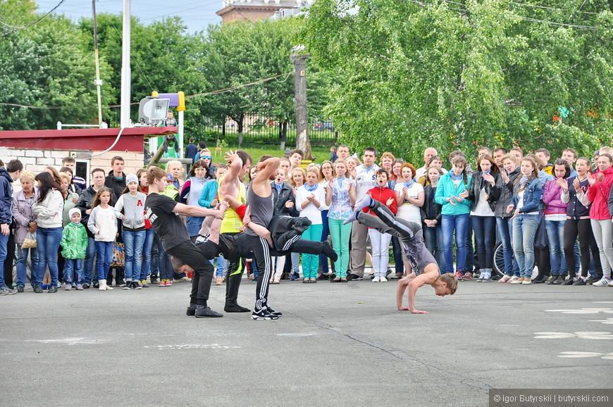21. В городе проходили какие-то мероприятия. Парни показывают «Дю Солей».
