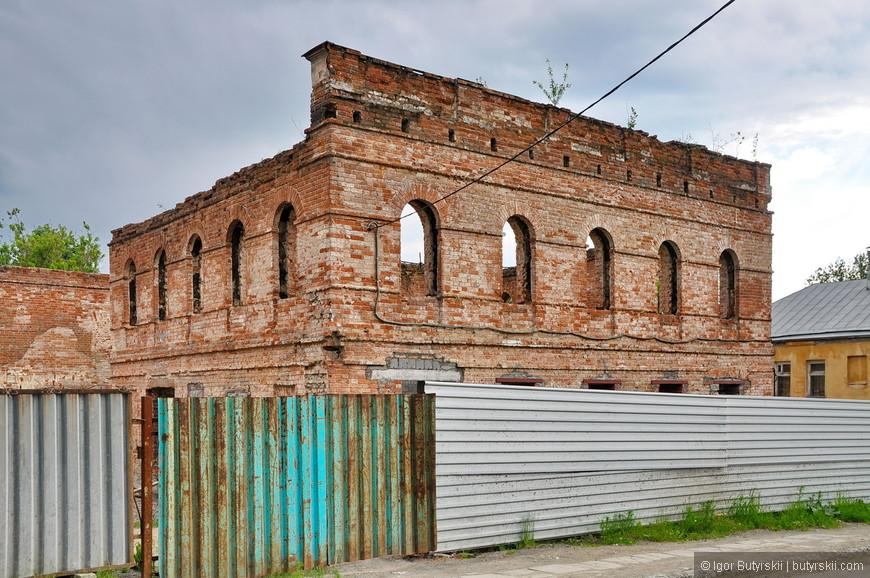 24. Историческая часть города представлена застройкой конца 19 – начала 20 веков. Есть здания в печальном состоянии, как это. Здание в таком виде самое уязвимое, когда стоят одни стены их проще всего снести «по-тихому».