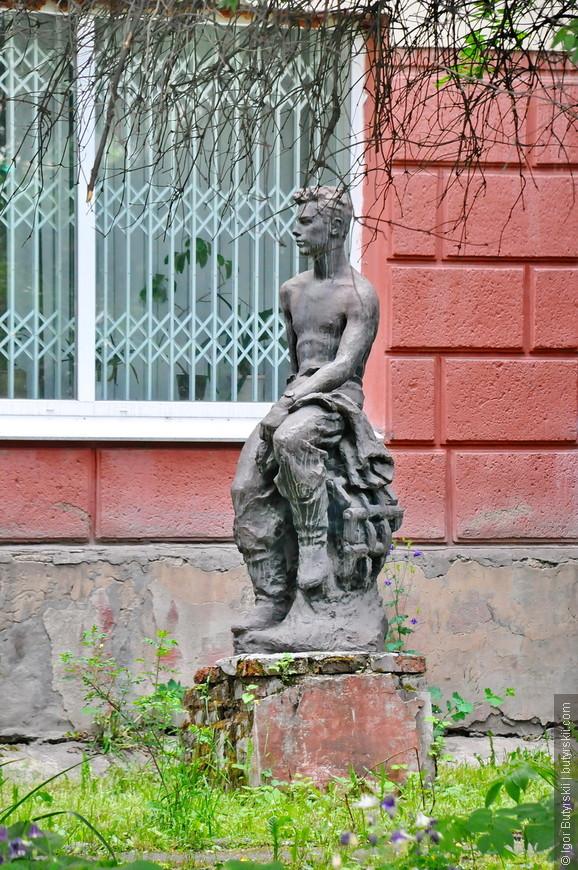 29. Гуляя по улицам увидел за забором еще спрятанные скульптуры.