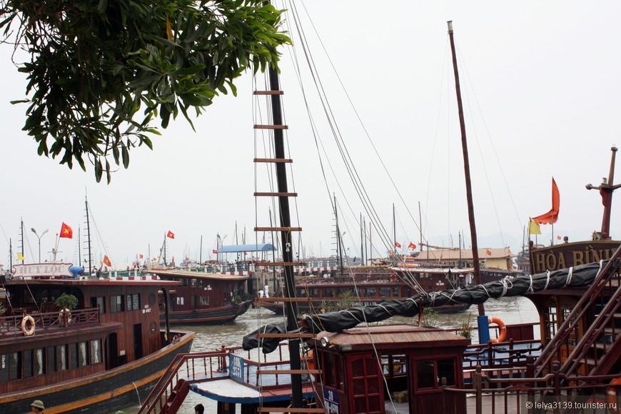 Пристань Халонга. Отсюда туристы отплывают в знаменитую бухту