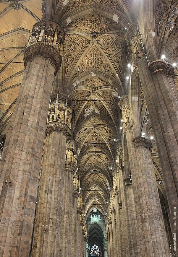 Внутри собора не менее величественно, чем снаружи.
