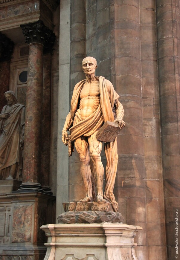 Самая заметная статуя — это Святой Варфоломей (1562 г.),  покровитель всех рыбаков, погибший мученической смертью — с него живьем сняли кожу, он держит ее в руках.