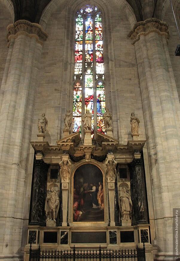 Сохранилось насколько фресок 15 века, а также алтарные картины итальянских мастеров 17-18 веков.