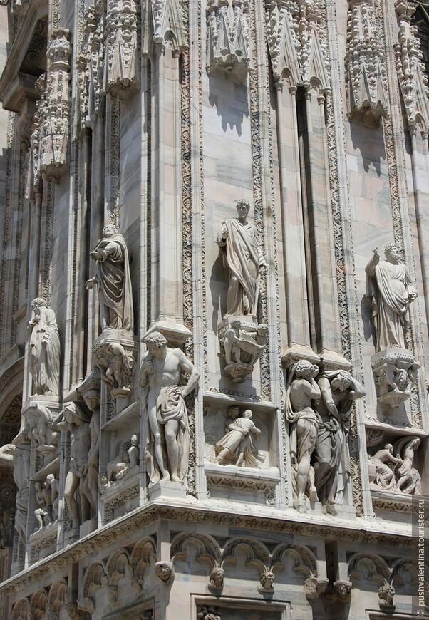 Фасад здания, его шпили и внутренние помещения, украшены невообразимым числом статуй – 3400.