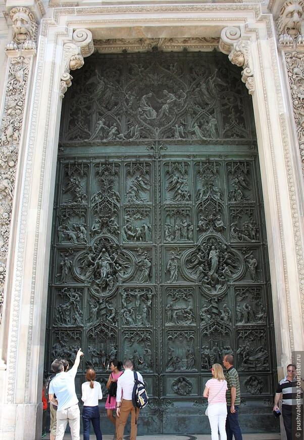 Центральные бронзовые  двери Дуомо.