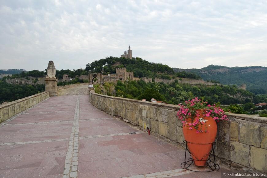 Крепость видна сразу при въезде в город.