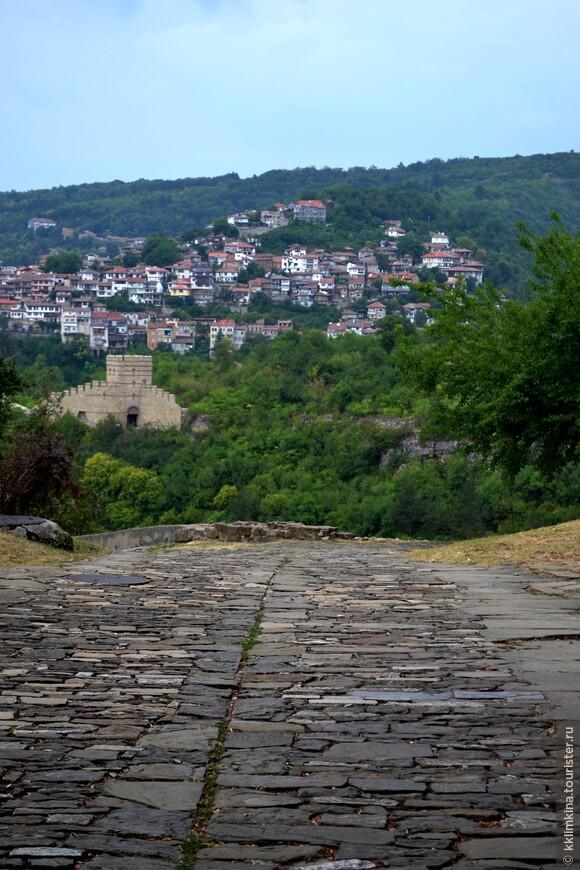 Я так хотела в Велико-Тырново, что когда мы въехали в город меня аж трясло от нетерпения, хотелось выбежать из машины и смотреть, смотреть, пытаться уловить каждый момент, запечатлеть каждый миг.