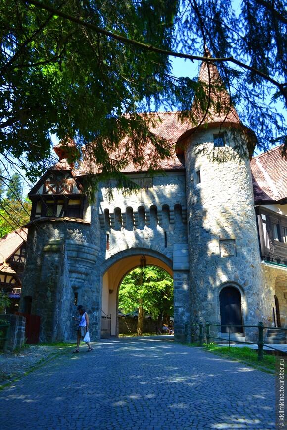 Замок Пелишор — «маленький Пелеш» — является частью того же дворцового комплекса, что и замок Пелеш, расположен в городе Синая в Румынии. Замок был построен в стиле модернв 1899—1903 годах.