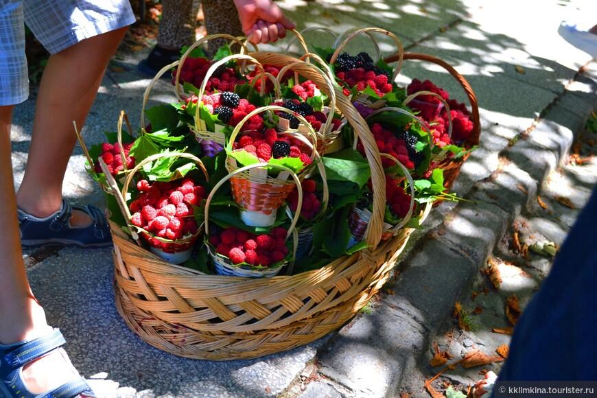 На каждом шагу торгуют свежими ягодами в корзиночках.