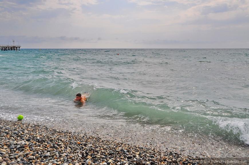05. Вода немного мутновата, но это и понятно – волны сильные, но в принципе на всех пляжах вода чистая, дно тоже чистое.