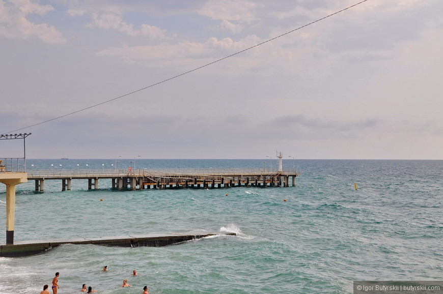 11. Волнорезы тут огромные, постоянно принимают на себя удары. Мне такие пляжи нравятся больше – волны тут шикарные, людей меньше и меньше «пафоса», тут все по простому, как на фотографиях родителей.