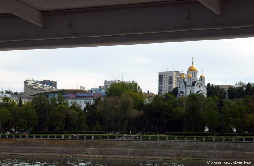 Виды с реки на город интересные. Слева видно крышу государственного цирка. А справа - храм в честь иконы Божией Матери «Державная».