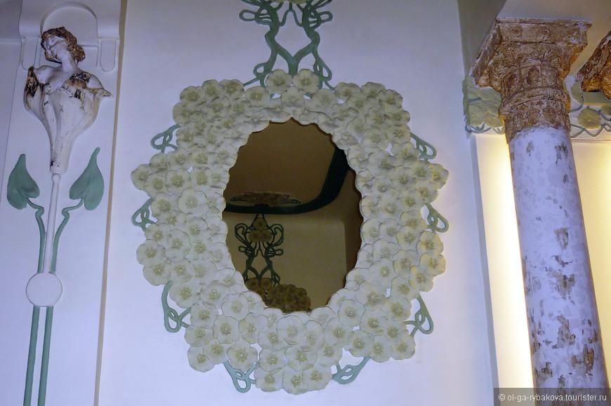 Цветы на фасаде (оплетают балконы), цветы внутри. Мило, по модернистски, для конца 19 века)