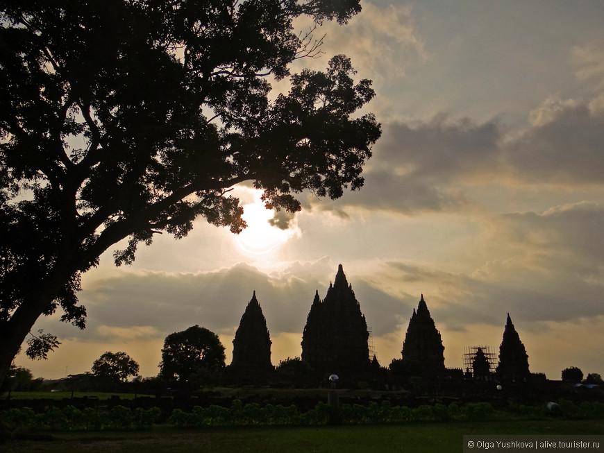 Итак, Прамбанан. Храмовый комплекс, расположенный в 18 км к востоку от Джокьякарты. В 1991 году был включен в Список Всемирного наследия ЮНЕСКО. Включает в себя индуистские и частично буддийские храмы, построенные в 10 веке.