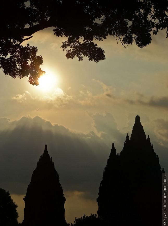 Попали мы туда ближе к закату, и на небе была достаточно странная подсветка: солнце сквозь окна в облаках. Поэтому и фотографии получились очень своеобразные )))