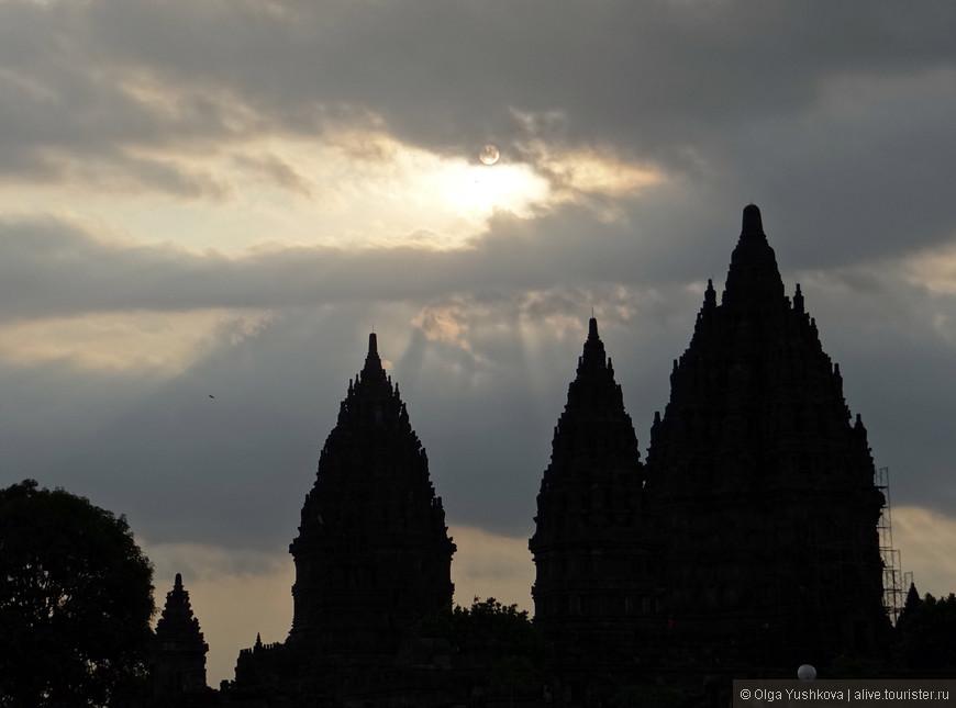 Три крупнейших и ключевых сохранившихся храма Прамбанана посвящены трем великим индуистским божествам - Шиве, Вишну и Браме.