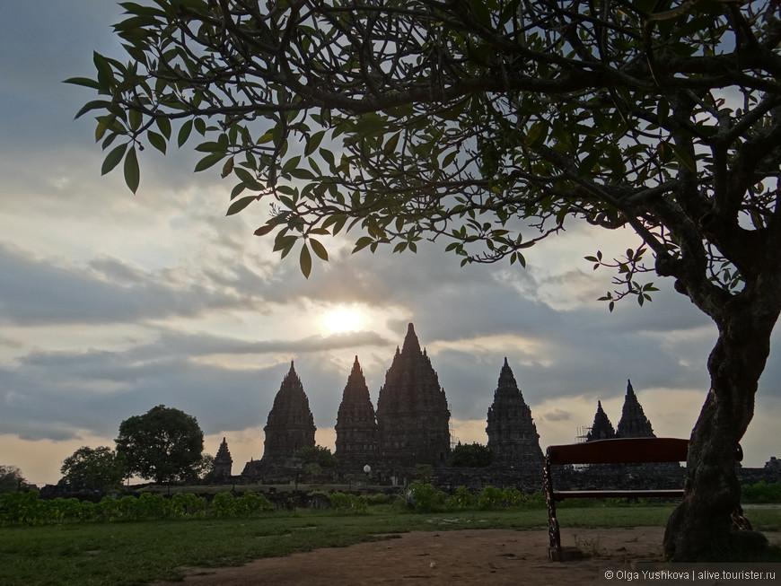 На территории Прамбанана было расположено более двух сотен храмов, большинство из которых из-за сильных землетрясений и извержений вулканов не сохранились и ныне представляют собой руины и развалины. То, что осталось, было отреставрировано в первой половине XX века.