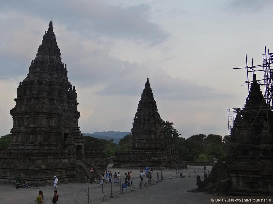 Самый большой храм Прамбанана — храм Шивы Лара Джонгранг. Это самый большой храм в Индонезии, посвященный Шиве, - он 47-метровый, и предположительно был построен в Х веке.