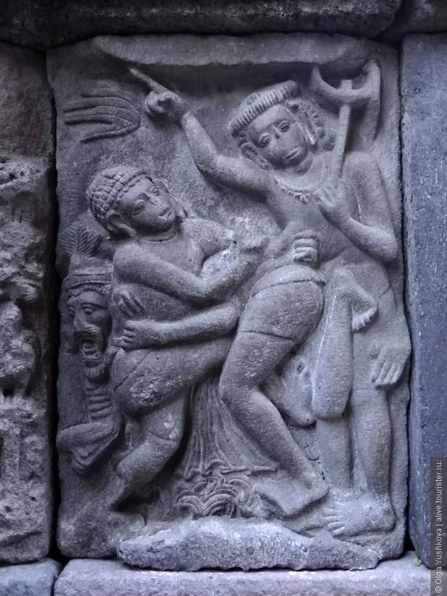 """Храмы украшены каменными рельефами на темы древнеиндийского эпоса """"Рамаяна""""."""