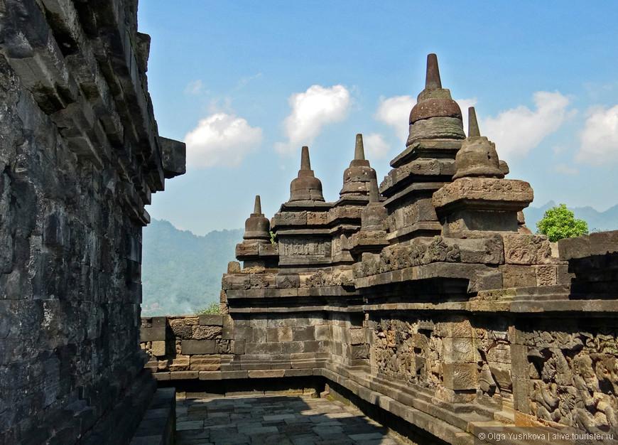 А это уже Боробудур. Самый большой в мире буддийский храмовый комплекс. Почему-то общий вид на весь комплекс я не догадалась сфотографировать...((( Впрочем, не помню, чтобы у нас была такая возможность, - Боробудур занимает площадь в 1,5 Га и представляет из себя огромнейших размеров ступу (буддийский храм в виде пирамиды), выполненную в форме мандалы (трёхмерная модель Вселенной). Чтобы всё это сфотографировать в целостном виде, нужно было искать специальное место, а на нескольких гектарах и при ограниченном количестве времени это почти невозможно )))