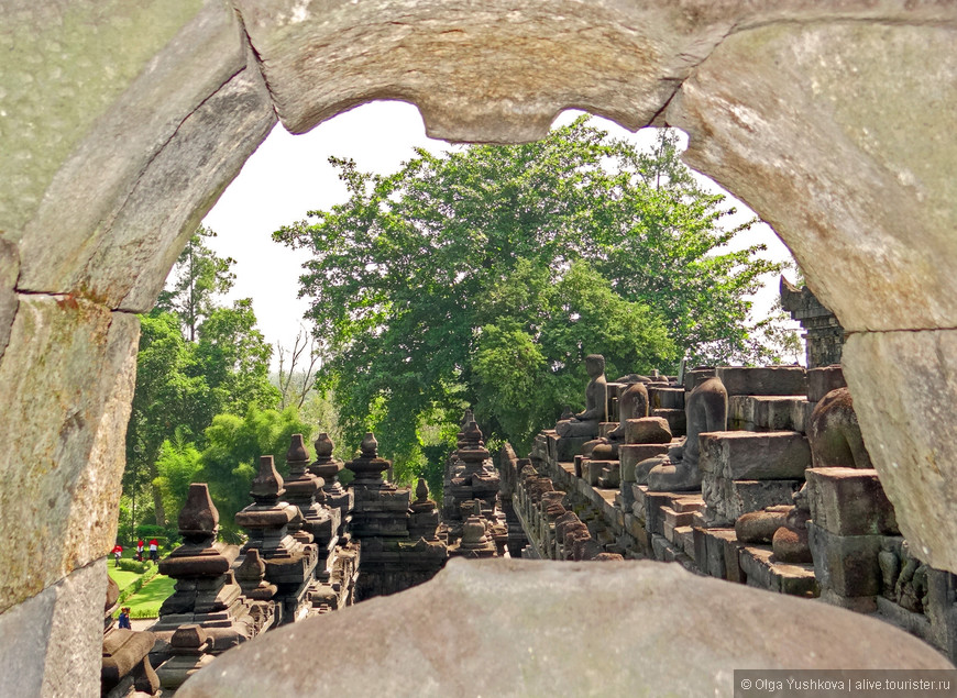 Боробудур находится в 40 км к северо-западу от Джокьякарты и считается одним из чудес света.  В мировой архитектуре аналогов Борободура нет.