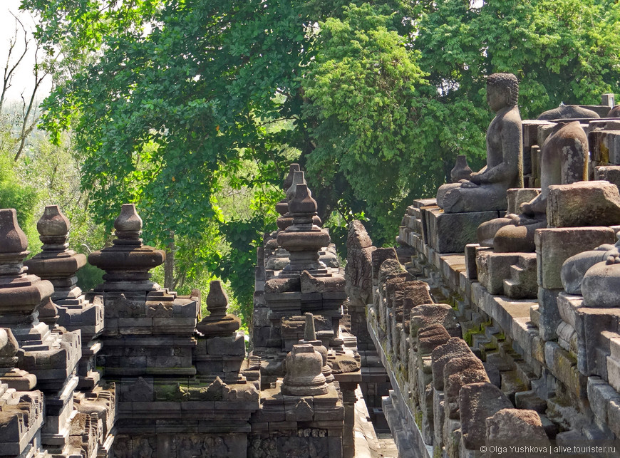 Боробудур называют «учебником буддизма в камне»: квадратные ярусы декорированы статуями Будды (всего их - 504 шт.) и барельефами, демонстрирующими историю буддизма.