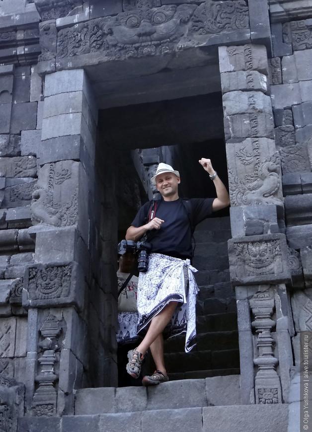 Фактически во все храмы и священные места в Индонезии нужны одевать саронги, которые, впрочем, обычно выдают на входе. Но можно купить себе и свой собственный - где-нибудь на рынке, на память.