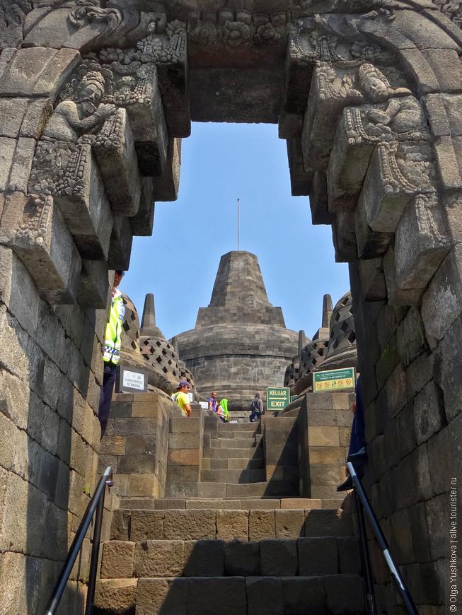 Каждая сторона храма имеет отдельный вход и каменные лестницы с арочными воротами. Вход в большую ступу (символ вечности) разрешен только буддийским монахам.