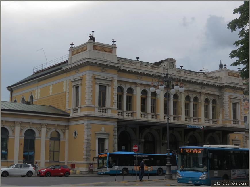 """Железнодорожный вокзал и автовокзал (рядом, за углом) практически """"в одном флаконе""""."""