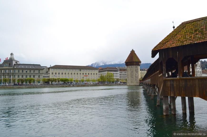 Водяная Башня и мост Каппельбрюкке - неотъемлемый символ Люцерна. Деревянный мост старейший в Европе. В непогоду можно укрыться под кровлей и изучить историю города на подлинных картинах. Настоящее чудо, что мост в целости и сохранности.
