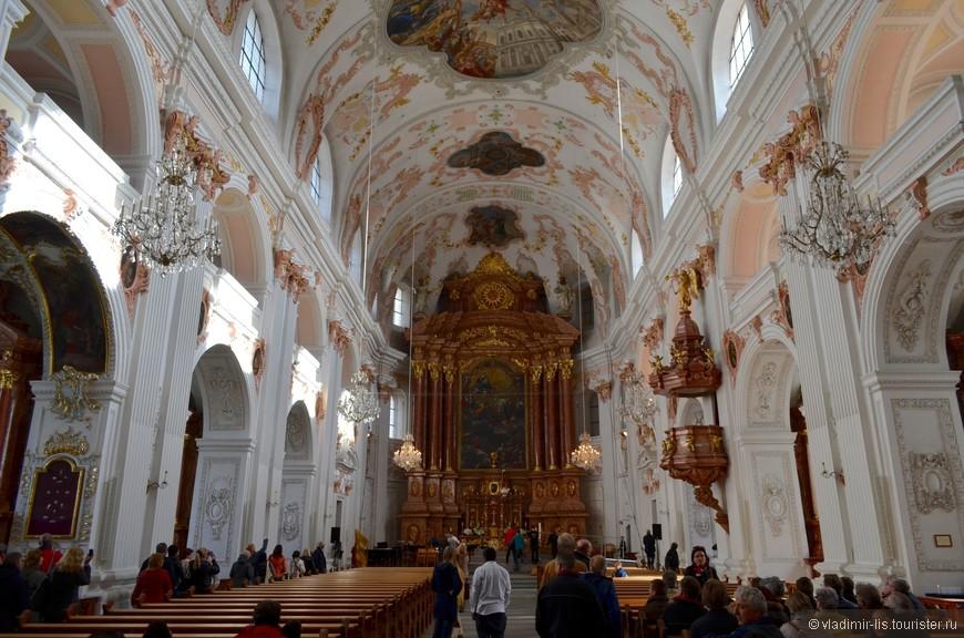 Интерьер иезуитской церкви представляет собой ярчайший пример барокко