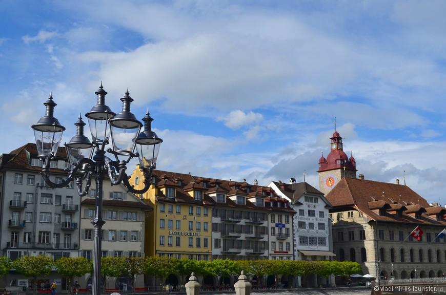 С набережной от церкви открывается вид на здание правительства кантона (справа)
