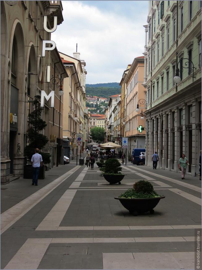 Вправо и влево от канала расходятся улицы Нового города. В отличие от классических итальянских, они довольно-таки широкие. Но их ширина и плотность застройки высокими зданиями, мешают туристам-фотографам делать снимки в желаемом ракурсе. Приходится либо снимать на перекрестках, либо довольствоваться  отдельными фрагментами архитектурных шедевров. Ох уж эти капризные туристы...