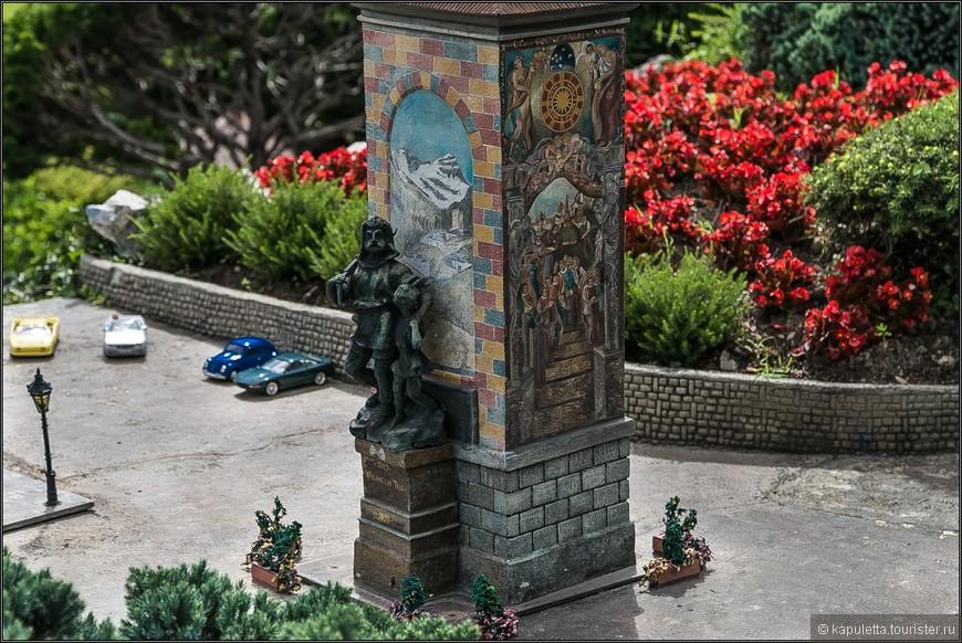 Экспозицию открывает монумент Вильгельму Теллю. Он был создан в 1895 году и изображает сильного бородатого Телля, который устремляет свой взор к горизонту, а его сын доверчиво смотрит на своего отца.  Именно здесь, в Альтдорфе , на этой площади и происходили события, описанные в известной легенде.
