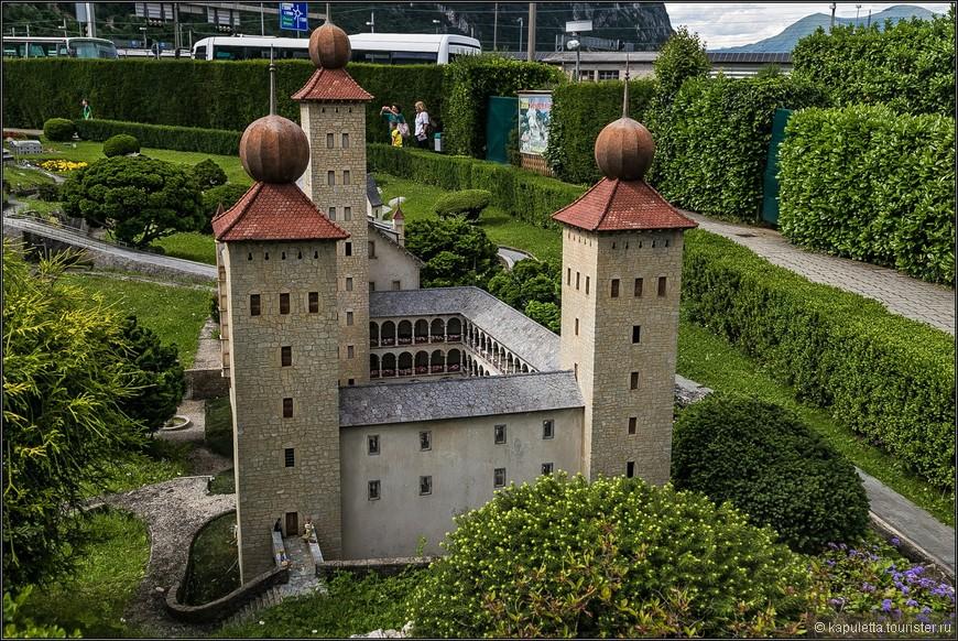 В маленьком городе Бриг стоит этот грандиозный дворец Штокальпер. Он доминирует в архитектуре  города и долгое время был самой большой частной резиденцией в Швейцарии. Дворец построили в 1678 году для Каспара фон Штокальпера, торговца из Брига, коорый заработал деньги на том, что взял под контроль торговлю шелком с Лионом через перевал Симплон.