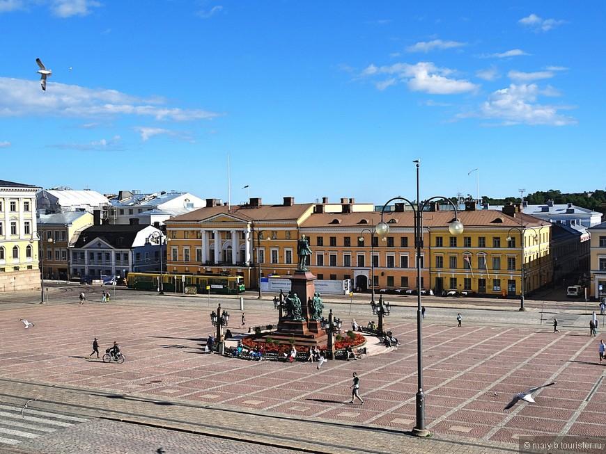 Вид на Сенатскую площадь и памятник русскому императору Александру II, чтимому финнами за восстановление финского парламента и присвоение финскокому языку официального статуса.