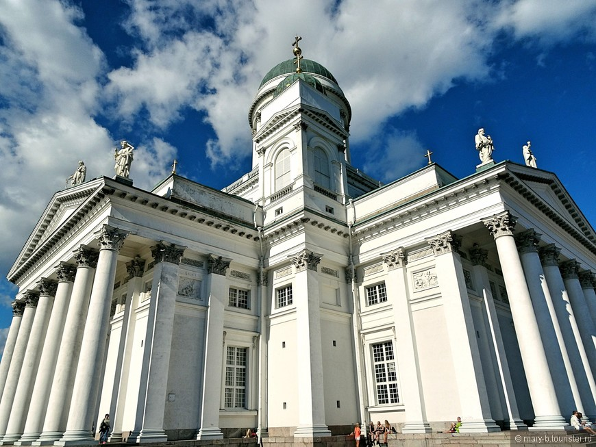 Собор строился по проекту Карла Людвига Энгеля, параллельно с Исаакиевским собором в Санкт-Петербурге.