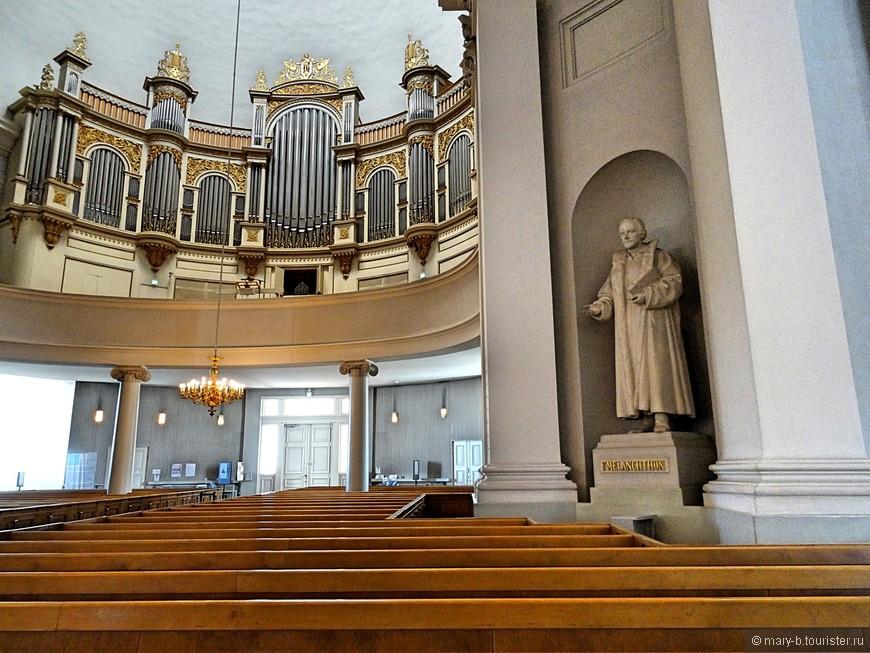 Внутри свойственная лютеранским соборам простота