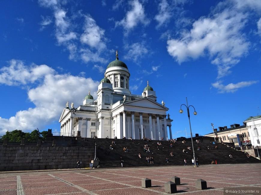 Ступени к собору облюбованы финской молодежью и туристами-круизниками