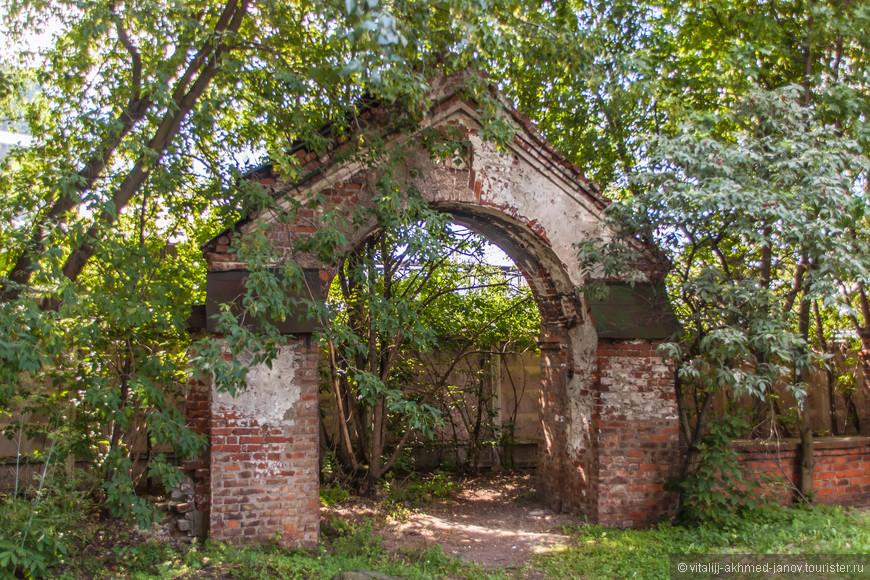 Рядом с колокольней есть небольшие ворота в довольно запущенном состоянии.