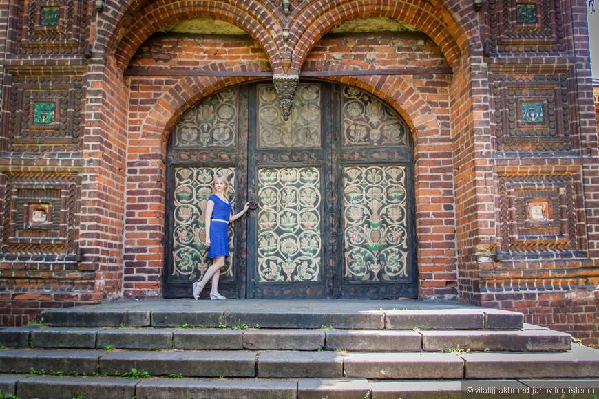 Каждые двери трех входов в церковь имею свой декор.