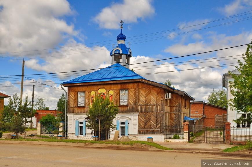 01. Искал место чтобы оставить машину и погулять по городу. Решил остановиться возле этой церкви, которая явно была жилым домом.