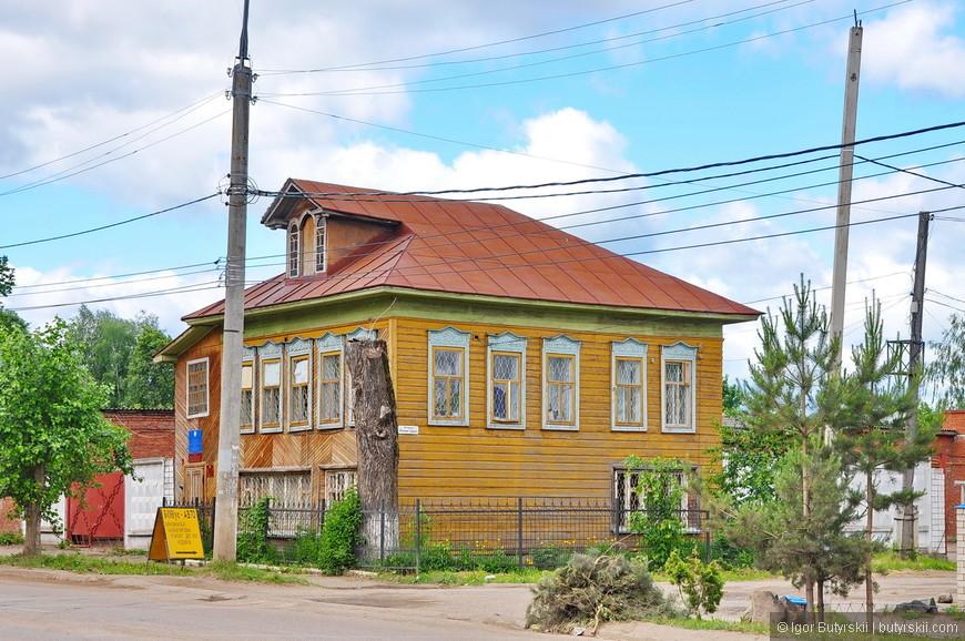 02. Тоже очень забавный дом. В России мало сохранилось интересных деревянных старых домов, по понятным причинам. Каждый раз радуюсь увидев один из уцелевших.