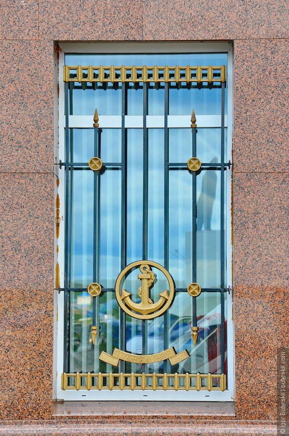 33. Решетка стилизована под морскую тему.
