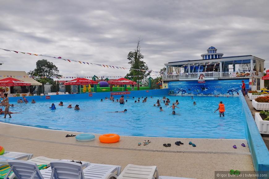 05. Погода была не очень благосклонна, но это и хорошо – не так жарко и людей немного (до обеда). Большой бассейн, больше детский, наверно, но полежать в нем приятно.