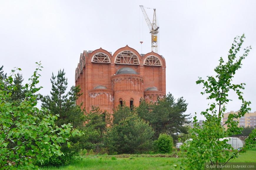 30. Строящийся собор поражает размерами, это, действительно огромный собор – 76 метров в высоту по проекту.