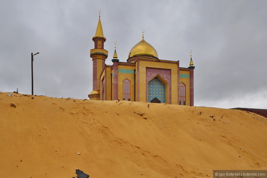 39. Новая мечеть словно из другого места, из другой страны попала сюда. Здорово сделали. Помните пост с отгадыванием городов по фото? Так вот эту мечеть никто не отгадал.