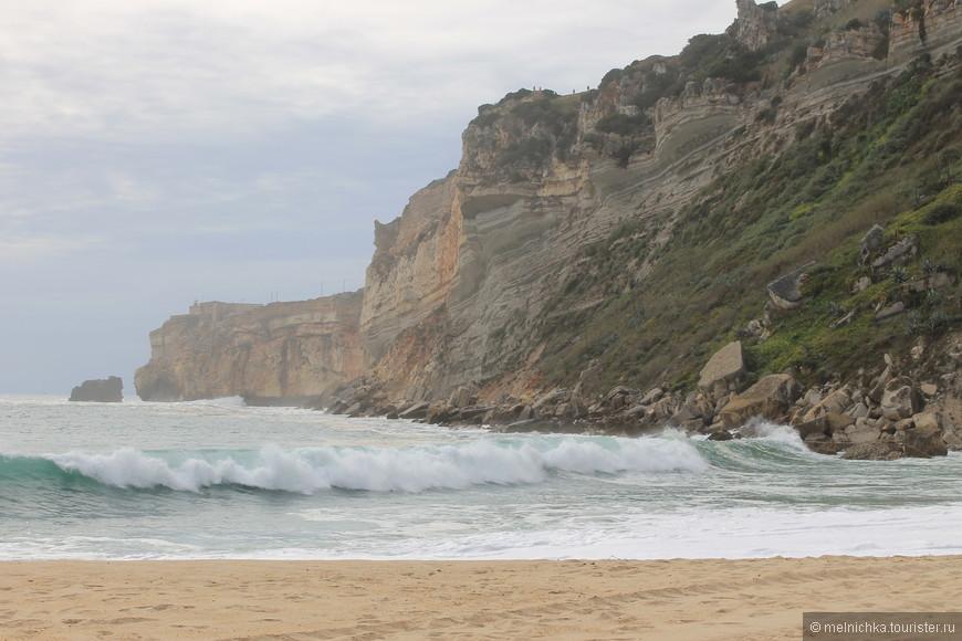 Назаре - излюбленное место серферов.