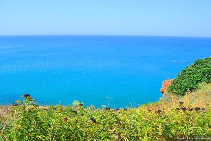 Особенности местного побережья представляют собой, в основном, отвесные скалы высотой 70 метров.