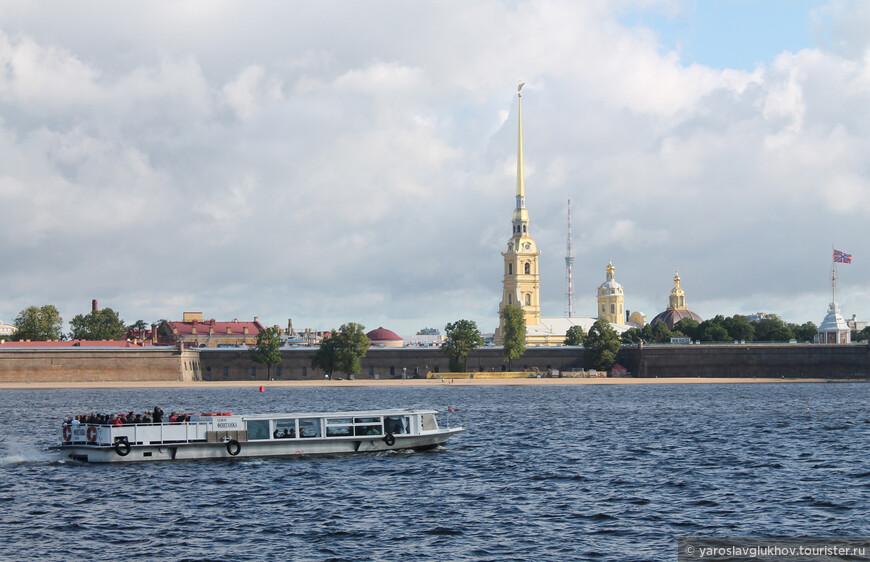 """Как хорошо прокатиться ранним утром с ветерком по Неве, по одну сторону """"Парадный Петербург"""", а по другую — Петропавловская крепость."""